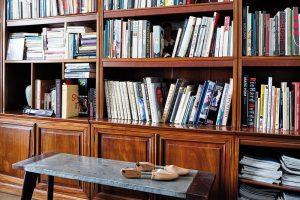 Knihovna z palisandrového dřeva dovezená z Vietnamu, která v předešlém bytě dotvářela obývací pokoj, v tom novém překvapivě zdomácněla v ložnici. Statik ji totiž nedoporučoval umístit v horním podlaží. FOTO LE PATIO/PETR KARŠULÍN