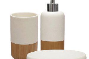 Podmiska na mýdlo, zásobník a nádobka na zubní kartáčky pěkně v jednom keramicko-dřevěném provedení. FOTO WESTWING