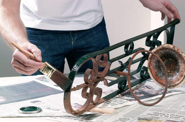 Předměty z kovu či kovové konstrukce před renovací očistíme ocelovým kartáčem a poté ošetříme obvykle jedním až třemi základními nátěry a stejným počtem vrchních nátěrů vhodné barvy na kov. FOTO AKZO NOBEL