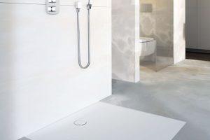 Nová sprchová vanička Geberit Setaplano je vyrobena z neporézního materiálu, který je na rozdíl od kovu, skla nebo keramiky teplý a jemný na dotek. Polomatný, bílý povrch se hodí do interiéru každé jednoduché koupelny a navíc nemá Setaplano žádné hrany, za kterými by mohla ulpívat špína. FOTO GEBERIT