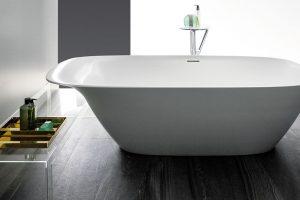 Nová koupelnová kolekce Ino, kterou pro LAUFEN navrhl francouzský designér Toan Nguyen, je vyrobena z materiálu SaphirKeramik. Na pohled křehká a téměř nic nevážící vana má elegantní tvar s praktickou opěrkou hlavy. FOTO LAUFEN