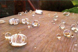 Nanotechnologická hydrofobní a olejofobní impregnace pracuje na principu lotosového efektu – účinná látka vytvoří na povrchu pórů a kapilár transparentní ultratenkou nanovrstvu, významně však neovlivňuje difuzní vlastnosti pórů a materiál stále dýchá. FOTO NANOBALA