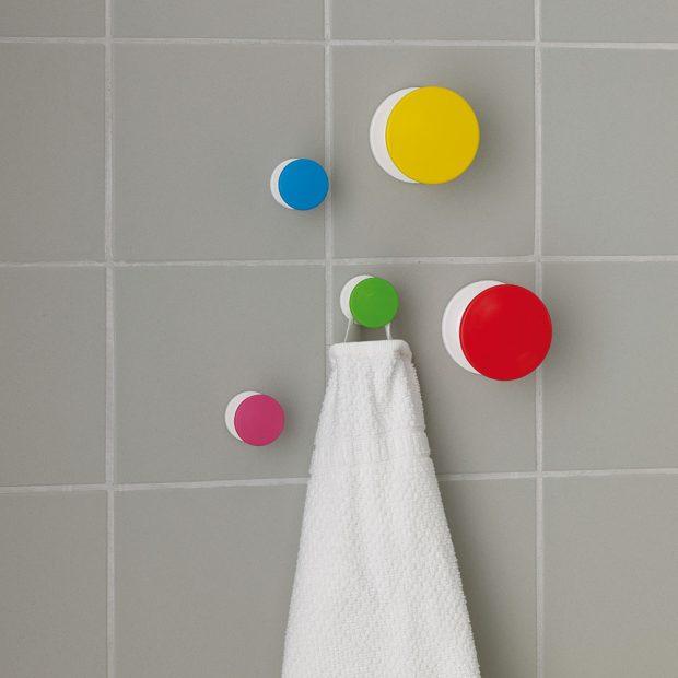 Barevné háčky LOSJÖN se dají na zeď nalepit, nebo přišroubovat. Jsou veselým a jednoduchým doplňkem, který nezatíží vaši peněženku. FOTO IKEA