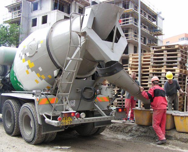 Doprava a uložení čerstvé malty MALMIX z autodomíchávače do plastových kontejnerů - van. Je potřeba počítat s tím, že naplněný kontejner (200 l) váží přes 400 kg. Zdroj: Českomoravský beton