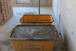 Čerstvá maltová směs MALMIX je na stavbě ihned připravená ke zdění. Odpadává zdlouhavá příprava malty na stavbě. Zdroj: Českomoravský beton
