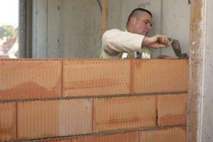 Své uplatnění najde čerstvá maltová směs MALMIX při zdění z běžných zdících prvků ze savých materiálů - cihel, cihelných bloků, pěnosilikátových tvárnic či betonových bloků z lehčeného kameniva. Zdroj: Českomoravský beton foto