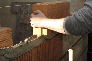 Při zdění doporučujeme standardní postup definovaný výrobcem použitých nasákavých zdících prvků. Zdroj: Českomoravský beton