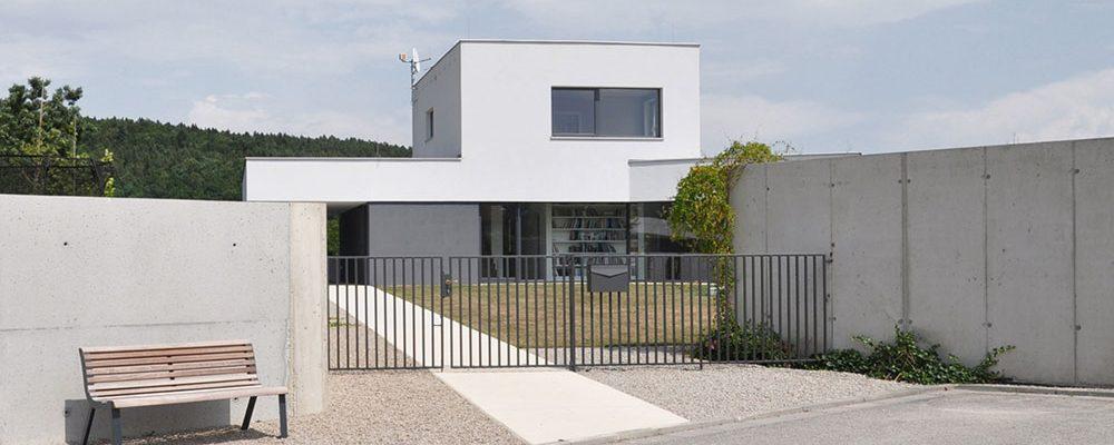 Asymetrický dům s krásným výhledem na údolí Vltavy