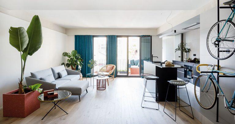 Mladý majitel přetavil starý a tmavý byt v moderní otevřený prostor