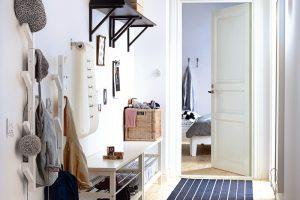 Nestárnoucí kombinace bílé a černé barevnosti je v předsíni vítaná. Vhodnými zařizovacími prvky jsou různá řešení dvě v jednom, například lavice s úložným prostorem na odložení obuvi TJUSIG od Ikey. Foto: IKEA