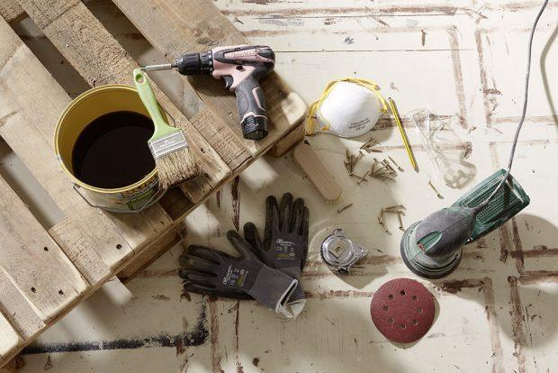 1. PŘÍPRAVA Připravíme si palety, nářadí a všechen materiál, který budeme na výrobu nábytku potřebovat. foto Möbelix