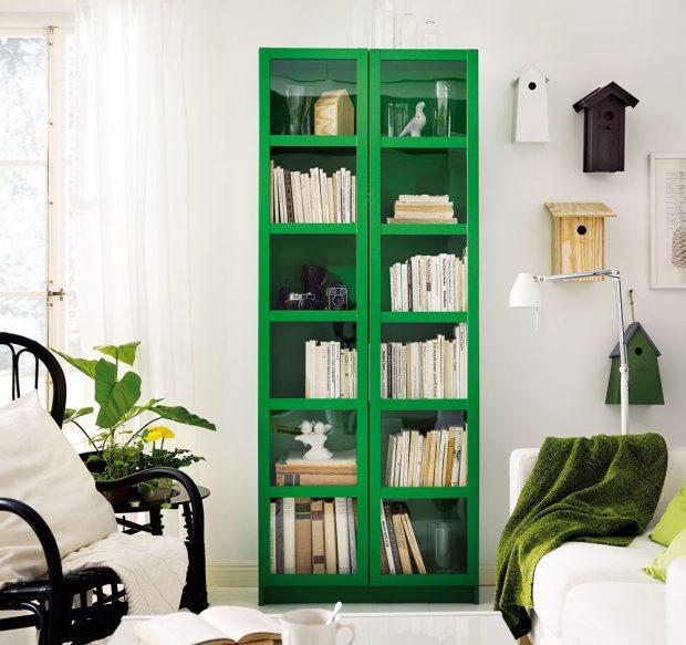 Knihovna Billy se skleněnými dvířky má svou velkou výhodu – nedostane se do ní tolik prachu a vaše literární poklady máte krásně na očích. FOTO IKEA