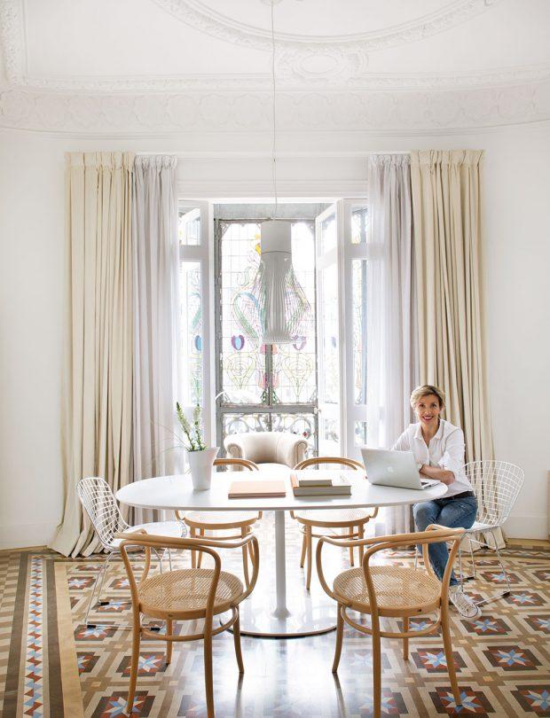 Na pozadí bílé barvy, která pokrývá stěny v celém bytě, směle vykukuje podlahová mozaika Nolla, ze které přímo dýchá pravá Barcelona. FOTO WESTWING HOME&LIVING