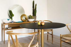 Jídelní sezení se skládá ze stolu značky Pedrali a jedněch z nejznámějších židlí světa CH24 Wishbone od značky Carl Hansen, jež v roce 1950 navrhl dánský architekt Hans J. Wegner. FOTO ROBERTO RUIZ, WWW.ROBERTORUIZ.EU