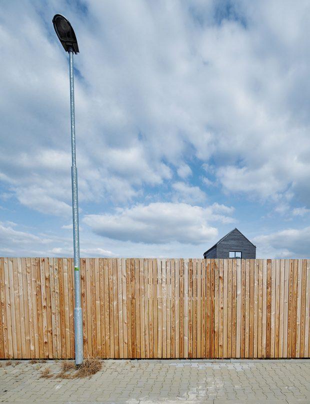 Plot z modřínových prken vytváří na pozemku soukromí. Pro kolemjdoucí z druhé strany může evokovat třeba dávné hřiště za prkennou ohradou nebo tajemnou zahradu z pohádky od Jiřího Trnky. FOTO BoysPlayNice