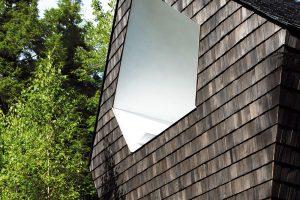 Propojení s lesem symbolizuje nejen výška a tvar domu, ale i vnější obklad z tmavého cedru, který se podobá kůře vysokých jehličnanů. FOTO FRANCIS PELLETIER