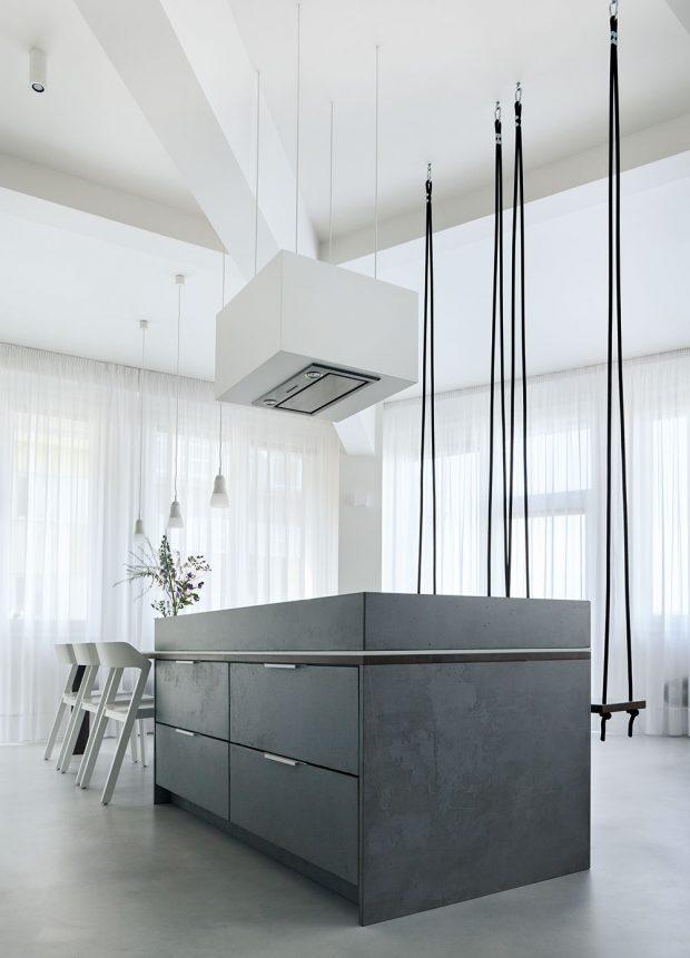 Houpačkami a lanovými závěsy je zároveň podtržena i atypická výška stropů v bytě, která je 3,3 m.FOTO BOYSPLAYNICE