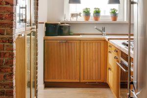 CIHLOVÝ SLOUP tvoří z kuchyňské strany skelet pro část kuchyňské linky, která je v něm zapuštěna.