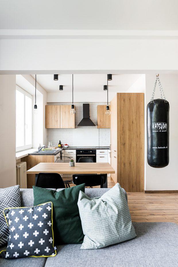 Sedačku v obývací části už stihl majitel vyměnit za jinou – větší. Na míru mu ji vyrobila firma Kemart.