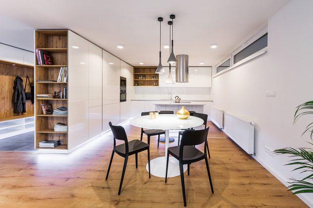 Otevřená předsíň příjemně rozšiřuje obytný prostor. Její hranice naznačuje nábytek a také praktická dlažba.