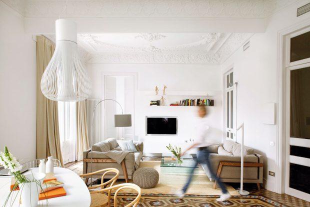 Kromě podlah obnovila Esther také strop s bohatou štukaturou. FOTO WESTWING HOME&LIVING