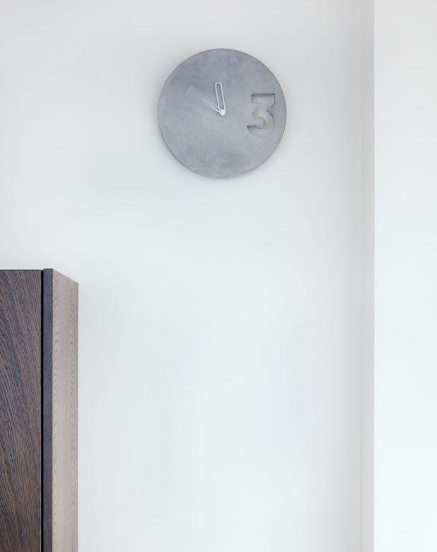 Minimalistické hodiny jsou jedním z betonových doplňků, krásně se vyjímají na stěně v kuchyňské části.FOTO BOYSPLAYNICE