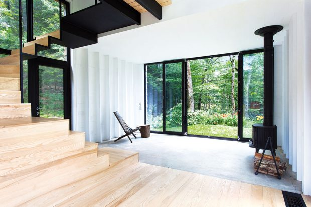 """Uvnitř """"chaty"""" bychom křiklavé barvy hledali marně. Interiér je kombinací bílých tónů a světlého dřeva s černými kovovými detaily. FOTO FRANCIS PELLETIER"""