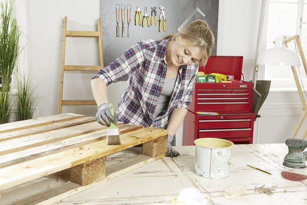 3. NATÍRÁNÍ Nábytek, který budeme mít vystavený v exteriéru, natřeme speciálním ochranným lakem nebo lazurou na dřevo. foto Möbelix