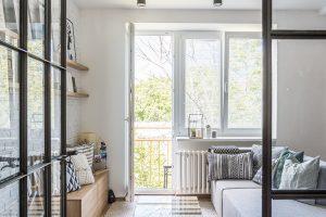 """Nízký paletový stolek se skleněnou deskou podporuje """"syrový"""" vzhled interiéru. Paleta, z níž ho vyrobily, původně sloužila Českým drahám."""