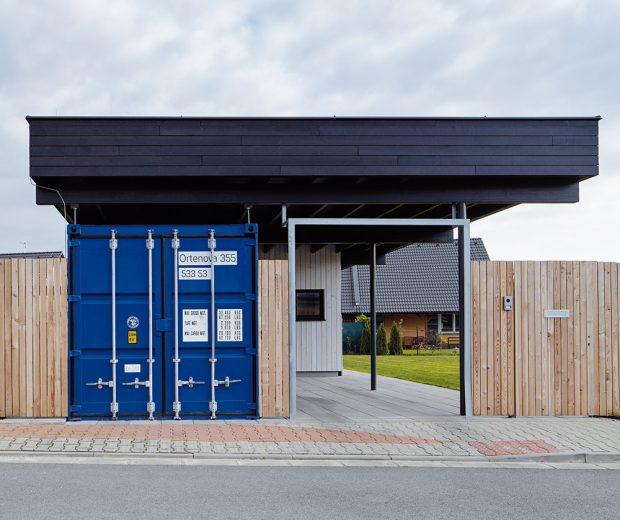 Modrý kontejner, který slouží jako zahradní sklad, je přístupný jak z ulice, tak ze zahrady. FOTO BoysPlayNice