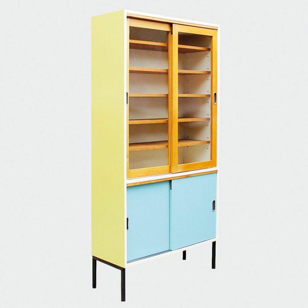 Nevšední retro knihovna s uzavíratelnou spodní skříňkou je renovovaným kouskem, původně pocházejícím z přelomu 50. a 60. let 20. století. Svěží veselé barvy dělají z vitríny extravagantní kus nábytku. FOTO NOVORETRO