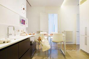 V kuchyni vytvořila architektka praktické zákoutí s jídelním stolem a židlemi. FOTO WESTWING HOME&LIVING