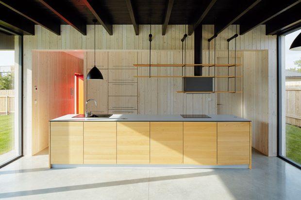 Dřevo je hlavním materiálem vně i uvnitř. Kuchyně má co nejméně ozdob, aby vynikla její jednoduchost. FOTO BoysPlayNice