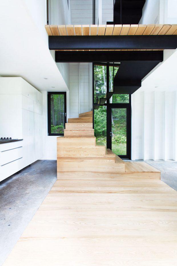Jednu z hlavních rolí v interiéru hraje schodiště vyrobené z oceli a dřeva, které zabírá velkou část prostoru. Přesto ale jeho konstrukce působí křehce a jednoduše. FOTO FRANCIS PELLETIER