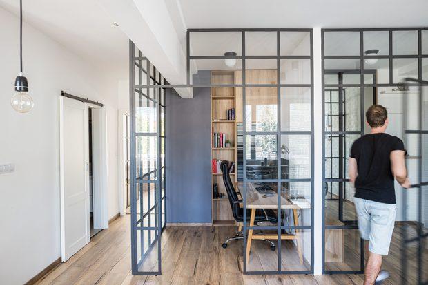 """Realizaci interiéru si Michal pokryl ve vlastní režii. Kovová konstrukce se skleněnou výplní majitele i řemeslníky, kteří ji vyráběli, pořádně potrápila. """"Nakonec se ale vše vydařilo,"""" raduje se."""