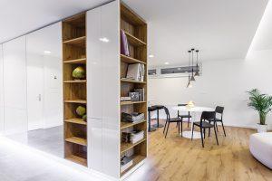 Knihovna na čelní straně prostorové skříně sympaticky doplňuje zařízení obývacího pokoje.