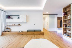Světelná rampa a různé výšky podhledu naznačují v prostoru hranice obývacího pokoje.
