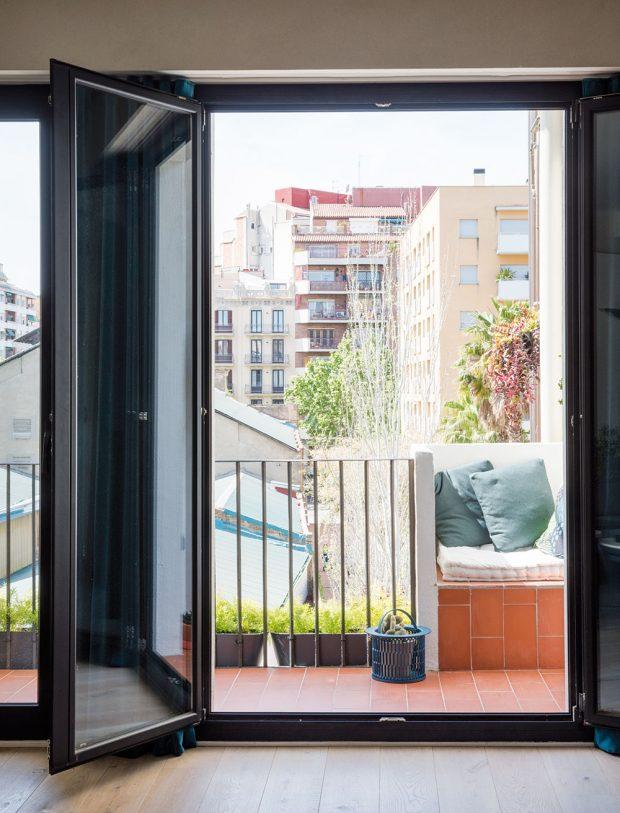 Na místě, kde se původně nacházela pračka, vzniklo příhodné vestavěné sezení. Nová prádelna je přístupná přímo z terasy. FOTO ROBERTO RUIZ, WWW.ROBERTORUIZ.EU
