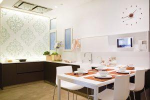 Nad kuchyňskou deskou visí podsvícený panel z metakrylátu s vinylovými vzory. FOTO WESTWING HOME&LIVING