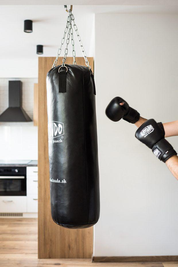 """Boxovací pytel Katsudo využívá Michal hlavně v zimě, když se toho venku nedá moc dělat. """"Je to takové příjemné kardio,"""" doplňuje. Své místo našel uprostřed dispozice, ale nijak tu nepřekáží. V případě potřeby ho lze manuálně přesunout i k oknu."""