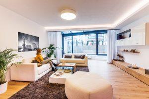 V pokračování obývacího pokoje. Zajímavým prvkem bytu je zimní zahrada, která navazuje na obývací pokoj. Rozšiřuje ho o příjemný relaxační prostor a zároveň vytváří plynulý přechod mezi interiérem a exteriérovou terasou.