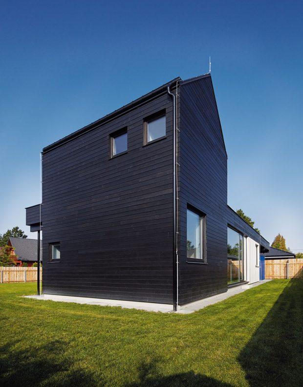 Na převýšenou část domu architekti zvolili obklad z tmavě natřených smrkových prken. Černou barvu použili záměrně, je totiž pro okolní domy méně viditelná. FOTO BoysPlayNice
