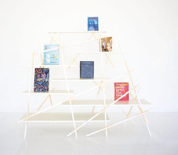 Konstrukci ze sirek připomíná police Kiri z javorového dřeva od značky Pivoto. Knihovna nemá na první pohled jasný tvar, a možná proto se také jmenuje Kiri, což v japonštině znamená mlha. FOTO PIVOTO