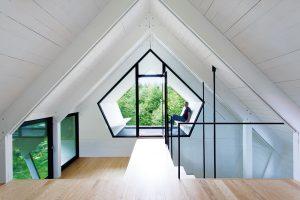 Unikátním místem domu je odpočinková terasa přímo ve štítu střechy, která se nachází mezi oboustranně prosklenými plochami a ze které je překrásný výhled do okolní přírody. FOTO FRANCIS PELLETIER