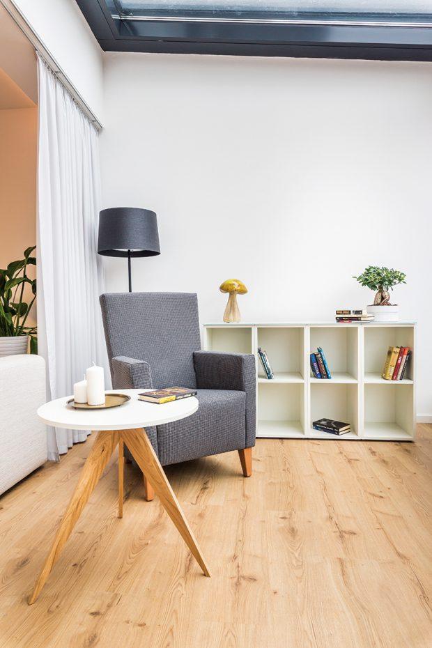 Zimní zahradu zařídil architekt jako čítárnu s knihovnou, pohodlným křeslem a příručními stolky, která vhodně doplňuje funkci obývacího pokoje.