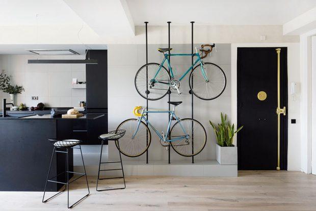 Rozměry čtvercového obkladu se postupně mění – od 60 × 60 cm za stojanem na kola přes poloviční formát 30 × 30 v kuchyňské části až po 10 × 10 cm ve sprchovém koutě. FOTO ROBERTO RUIZ, WWW.ROBERTORUIZ.EU