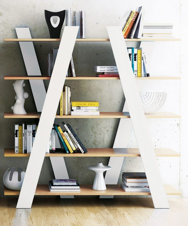 Někdy stačí jenom čtyři dřevěná prkna umístit šikmo k policím a na světě je originální knihovna od portugalsko-norské značky TemaHome. Knihovna v sobě snoubí severskou strohost s jižanským temperamentem. FOTO BONAMI