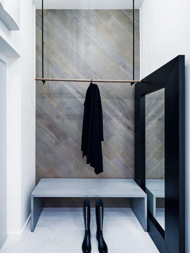 Houpačka jako věšák na kabáty je jedním z netradičních prvků v bytě. Svým provedením zároveň koresponduje s originálním sezením u kuchyňského pultu. FOTO BOYSPLAYNICE