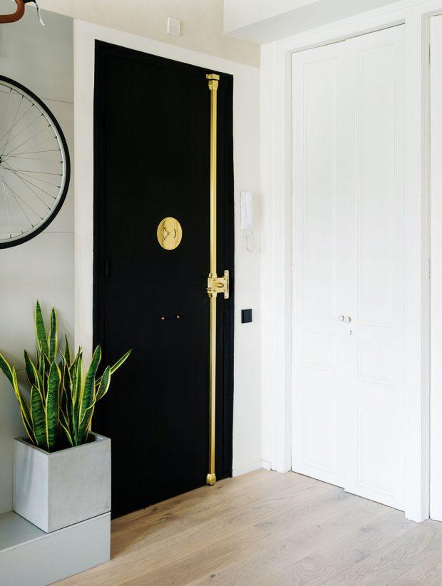 Dveře vedoucí do ložnice jsou původní – architekti je nechali obnovit. Na vchodových dveřích zase vyniká zlatý zamikací systém, který nebylo vůbec potřeba skrývat. FOTO ROBERTO RUIZ, WWW.ROBERTORUIZ.EU