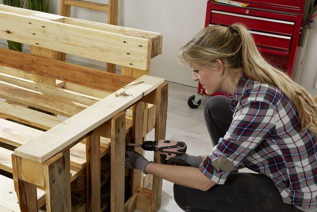9. UPEVNĚNÍ Pokud se rozhodnete palety napevno spojit, dlouhé šrouby zajistí, že nábytek bude stabilní a vydrží co nejdéle. foto Möbelix